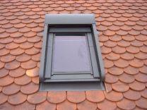Fenêtre de toit avec volet roulant
