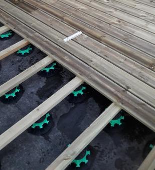 Pose des lames de terrasse sur plots et lambourdes